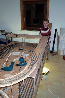 30.10.2007   Nach dem Entfernen der Platte mit der Wendeschleife konnte mit der Verzweigung der Gleistrasse begonnen werden.