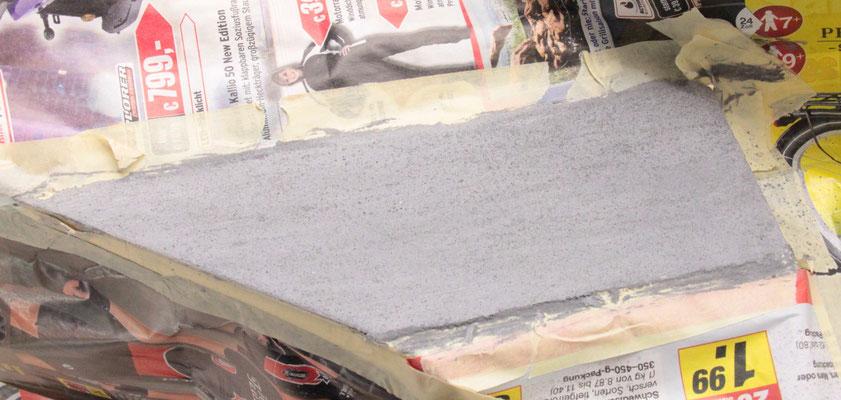 """02.09.2012 Der durchgetrocknete """"Asphaltbelag"""". Die Farbe wurde durch die Trocknung wesentlich heller."""