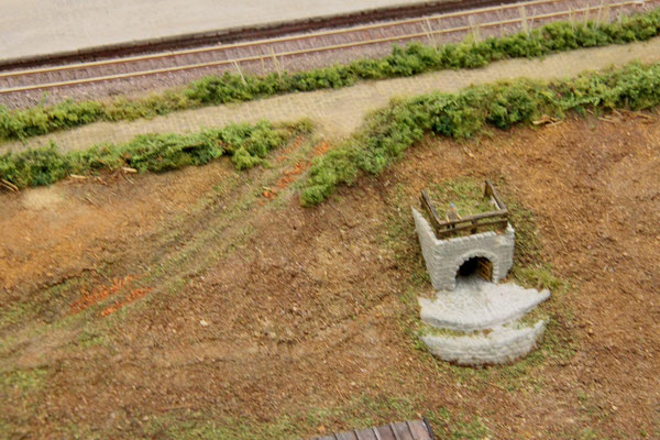 27.09.2013  Als Ergänzung bekam das Dach des Brunnens noch ein Balkengeländer.