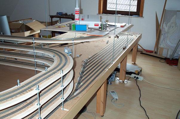 03.10.2007  Das Bild zeigt die fertig verlegten Gleise des Einfahrtbereiches des Schattenbahnhofes.