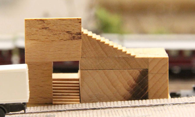 23.01.2014   Mit der Kreissäge wurden die Stufen in einen Buchenholzklotz eingesägt.