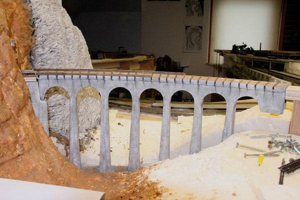 18.12.2010   Bei relativ waagrechten Flächen wird der Sand in den vorgestrichenen Leim eingestreut und danach mit Leimwasser durchfeuchtet.