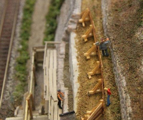 08.08.2013   Zwischen Mauer und Absperrung wurde nur noch ein schmaler Durchgang belasssen.