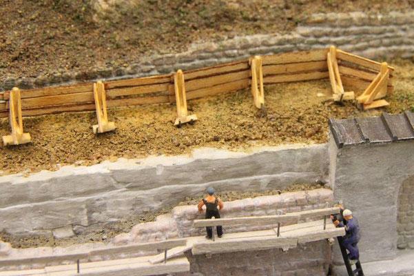 08.08.2013   Sie besteht aus einem halbhohen Bretterverschlag, der an Holzböcken befestigt wurde.