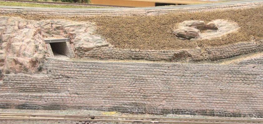 01.09.2012   Auch hier ist die dunklere Basis der Mauer zu sehen.