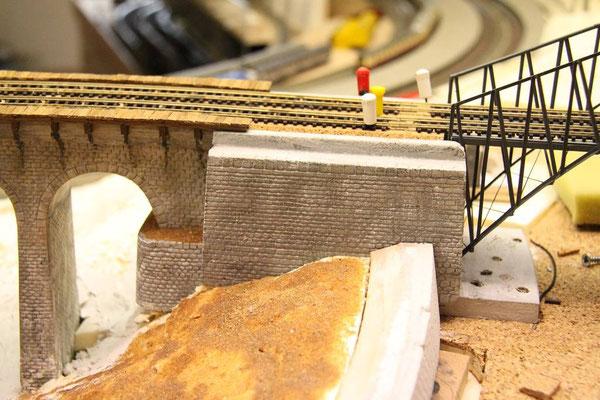 03.04.2011  Auf der anderen Viaduktseite wird der zweite Brückenkopf angesteckt.
