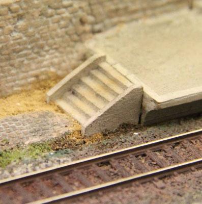 26.07.2013 Die Treppe bekommt noch einige Verschmutzungsspuren aus Lehmpulver.