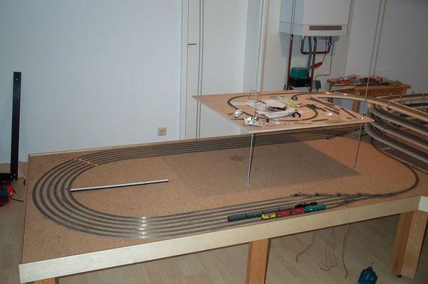 17.09.2007   Der Schattenbahnhof sollte in dieser Ausbaustufe aus drei in jeweils zwei Blöcke und fünf in jeweils in drei Blöcke aufgeteilen Abstellgleisen bestehen.  Auf dem Bild sind die ersten sechs dieser Gleise zu sehen.