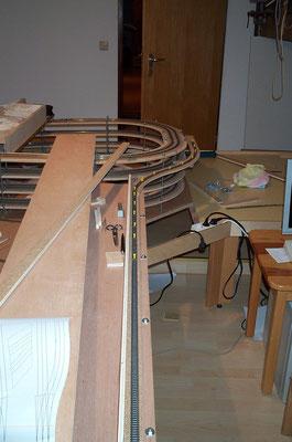 """18.11.2007   Die lange Gerade die zur Bahnhofseinfahrt """"Charlottenthal Ost"""" führt und die später verdeckt wird. Sie führt um die gesamte Modellbahn herum."""
