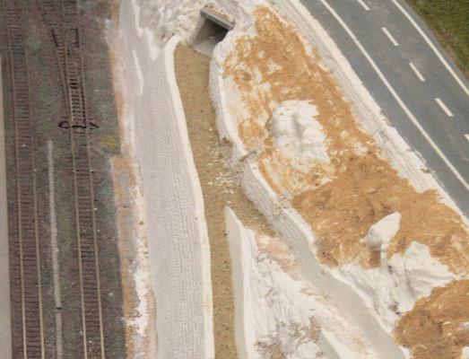 26.08.2012   Der Weg oberhalb der Mauer wurde mit Sand bis fast auf seine endgültige Höhe aufgefüllt und mit Leimwasser fixiert.