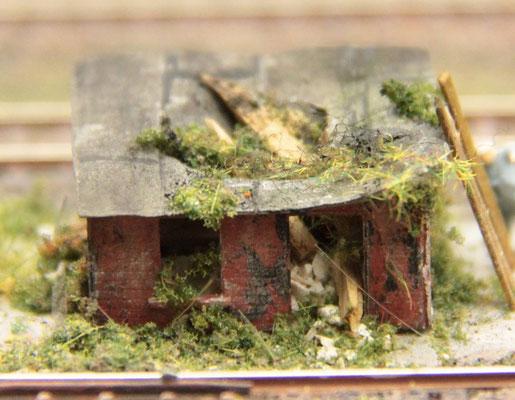 17.06.2012   Das morsche Gebälk konnte das mit Dachpappe gedeckte Dach nicht mehr tragen.