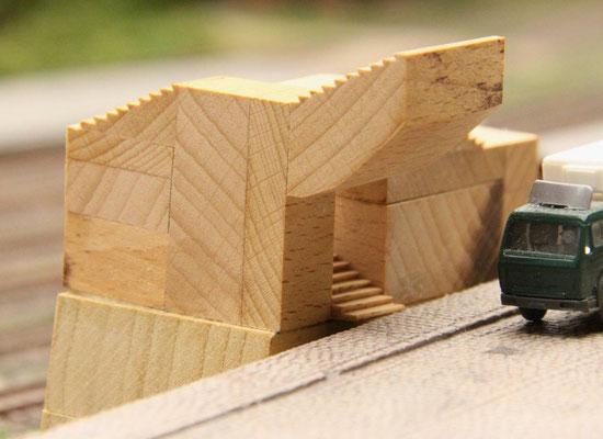 23.01.2014   Aus diesem Holzklotz wurden die einzelnen Treppenläufe ausgesägt und passend zusammengeleimt.