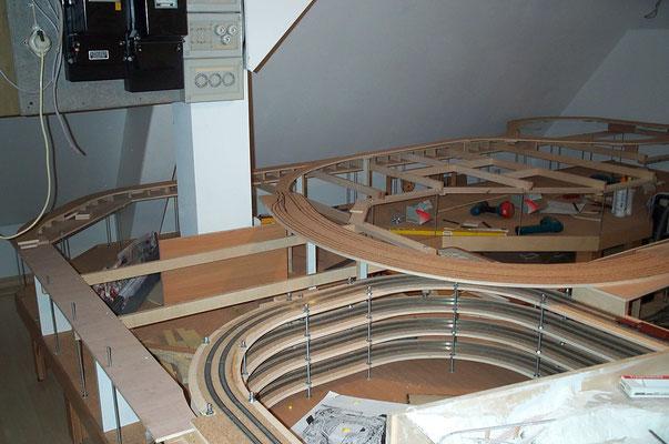 """09.12.2007 Hier zu sehen, die Grundplatte von """"Charlottenthal/Ost"""" und im Vordergrund die von """"Charlottenthal/Ost"""" kommende Zuführung zur Gleiswendel ."""