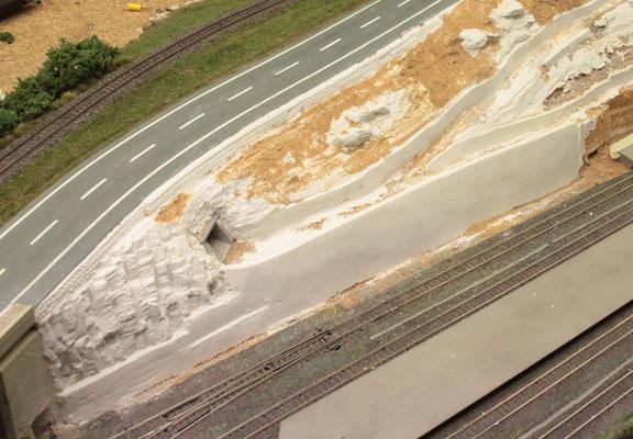 20.08.2012  Die nicht mit Gips gestalteten Flächen wurden mit Sand beleimt, um später mit Erde, gemahlenem Laub und Turf weitergestaltet zu werden.