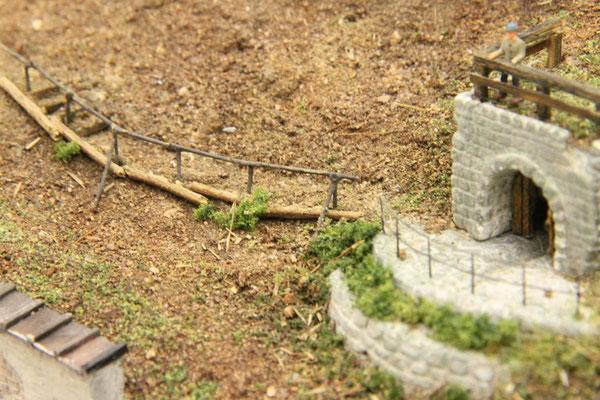 01.10.2013  Der Zugangsweg bekam noch ein Holzgeländer aus Rundhölzern, die aber der Haltbarkeit wegen aus angemaltem Draht gefertigt wurden.