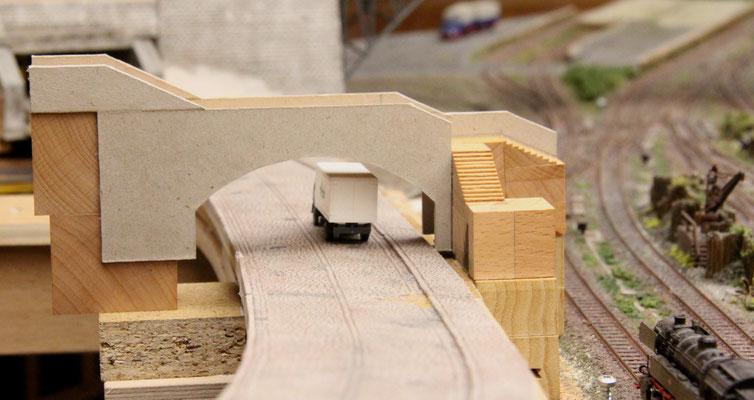 24.01.2014  Langsam entsteht der Eindruck eines Brückenbauwerkes.