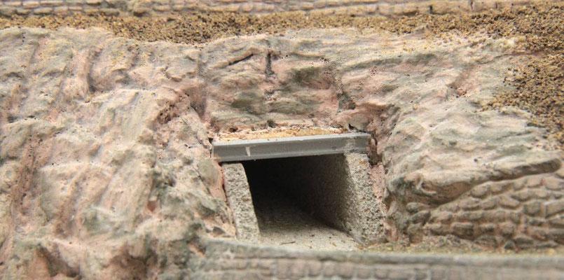 01.09.2012   Der Unterführunsausgang mit den anschließenden Sandsteinfelsen.