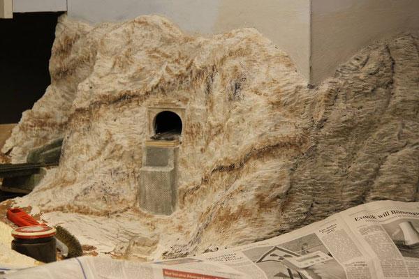 """25.03.2011  Die Sedimentschichten wurden von der """"alten"""" Felsstruktur kommend entsprechend diagonal verlaufend weitergeführt."""