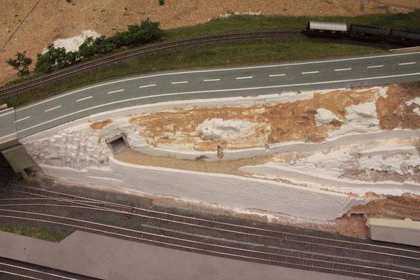 26.08.2012  Nach der Ausarbeitung der Felsen am Hang waren die Gipsarbeiten für diesen Anlagenteil vorerst abgeschlossen.