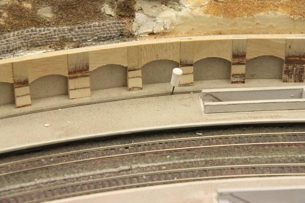 01.12.2012 Zur Fixierung des Bogenverlaufes wurde eine Grundplatte (ebenfalls aus Pappkarton) ausgeschnitten und unter die Arkadenmauer geleimt.