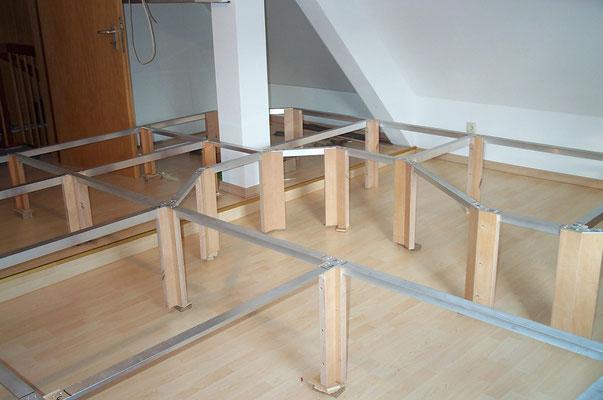 25.08.2007   Nach dem Kürzen der Beine wurde jeweils an der Unterseite ein höhenverstellbarer Fuß eingelassen. Der sich im Raum befindliche Bodenabsatz konnte dadurch gut überwunden werden.