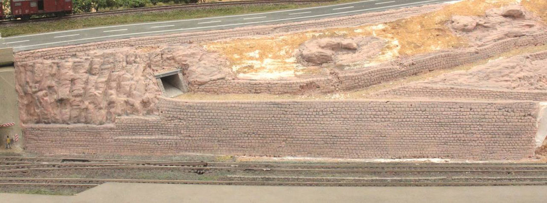 31.08.2012   Mit grauem Farbwasser, mit einem Schuß Spüli versehen, wurden die Strukturen und Vertiefungen optisch hervorgehoben.