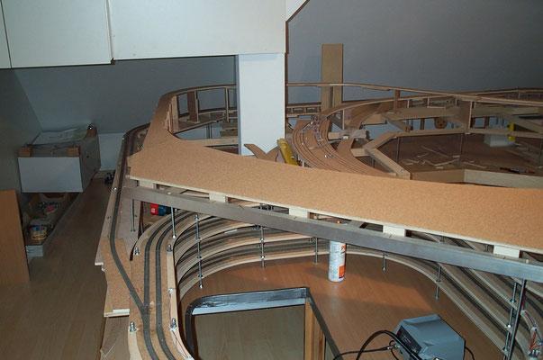 """01.01.2008 Die nächste Anlagenetage zeigt die montierte Grundplatte des zukünftigen Bahnhofes """"Johannesberg""""."""
