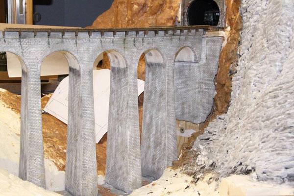18.12.2010 Die Geländeform des Tales wurde vor und hinter dem Viadukt vorgefertigt.