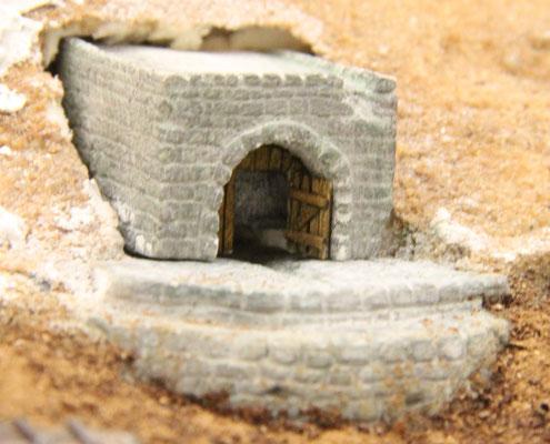 31.08.2013  Das ganze wurde in einen großen Batzen Weißleim gesetzt und die vorhandenen Fugen zur Geländehaut mit Sand und Leimwasser geschlossen.