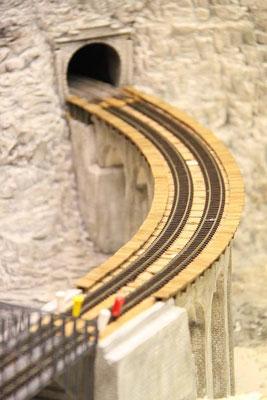 03.04.2011  Die Kurvenüberhöhung der Gleise ist relativ deutlich zu erkennen.