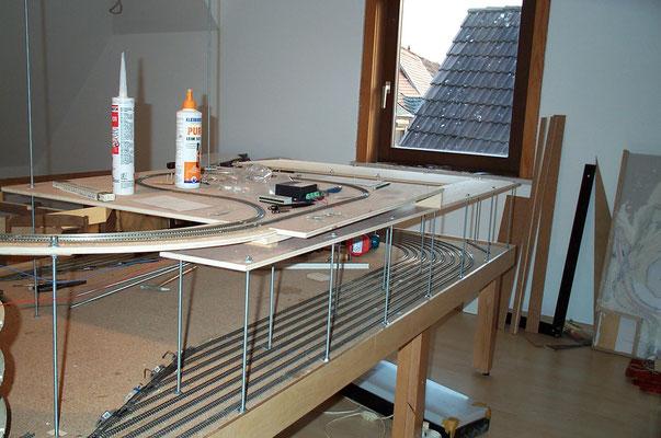 30.10.2007   Unter der provisorischen Wendeschleife wurde die Grundplatte für die nächste Ebene geschaffen. Aufgeständert mit 8 mm Gewindestäben, soll diese als Grundlage für den weiteren Aufbau der Gleistrassen dienen sollten.