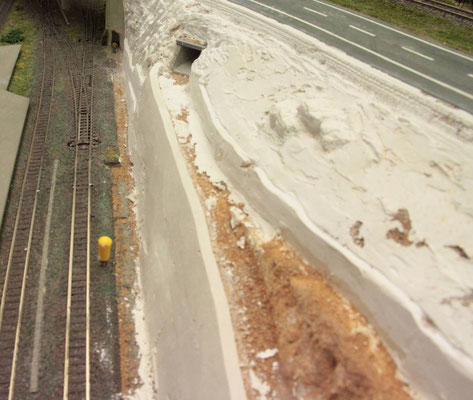 19.08.2012   Die andere Seite des Bahn- und Straßendammes soll nun Gestalt annehmen.