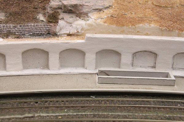 12.05.2013  Die Mauernischen wurden mit dünnflüssigem Gips ausgegossen und nach dem Abbinden mit dem Stecheisen auf ihre vorgesehene Tiefe ausgeschabt.