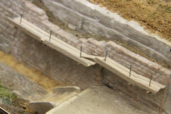 04.08.2013   Höhendifferenzen wurden mit einzelen Holzbohlen überbrückt.