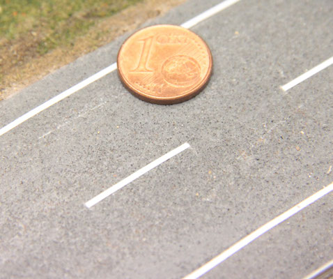 27.09.2012    Die Straßenmarkierung ergänzt den Fahrbahnbelag. Ein Größenvergleich.