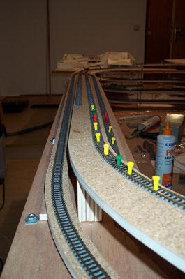 """18.11.2007   Bei der Fortführung der verzweigten Schienenstränge führen die zwei äußeren wieder abwärts, während die beiden mittleren Gleise aufwärts zur Bahnhofseinfahrt  """"Charlottenthal West"""" führen."""