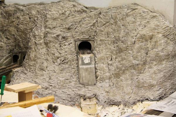 26.03.2011 Nach dem Farbauftrag in Lasurtechnik sind die Sedimentsschichten noch deutlich zu erkennen.