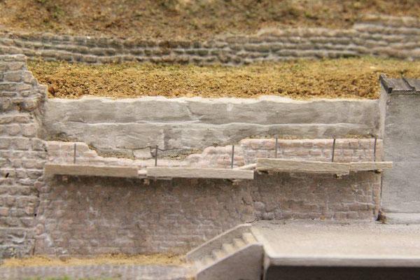 04.08.2013   Über die Stahlträger wurden Holzbohlen aus Furnier gelegt.