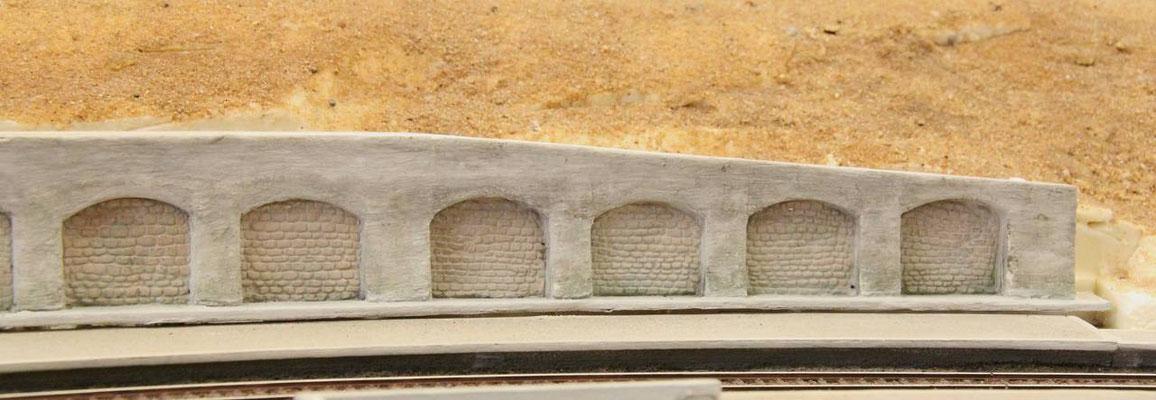 09.06.2013  Der rechte Teil der Mauerkrone wurde zum Mauerende hin etwas nach unten gezogen.