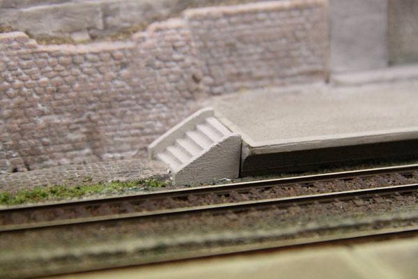 24.07.2013 Dafür wurde der bestehende Untergrund entsprechend weggestemmt bis die obere Treppenstufe mit der Bahnsteigoberkante bündig ist.