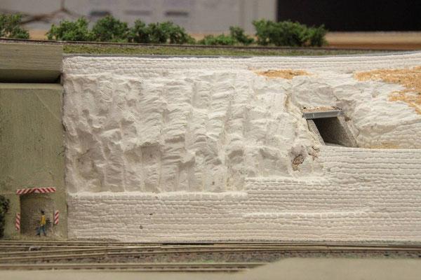 26.08.2012  Die Mauer mußte in diesem Falle vor Ort geritzt werden. Eine recht staubproduzierende Angelegenheit, bei der ständig der Staubsauger in Aktion treten mußte.