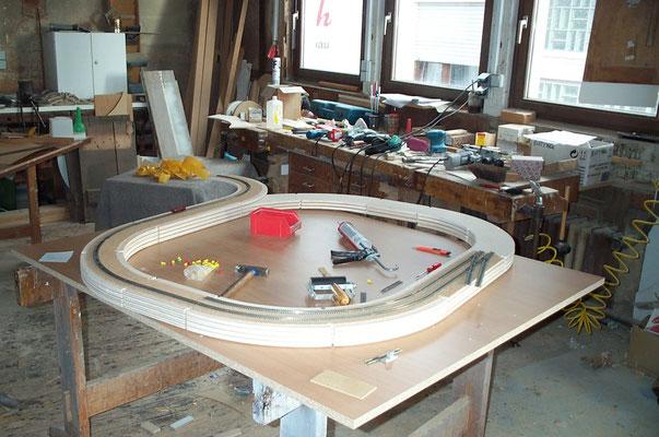 02.08.2007   Nochmal einen Schritt zurück. Einige Tage vor Beginn der Arbeiten am Unterbau der Anlage wurde mit der Konsruktion der Gleiswendel begonnen.