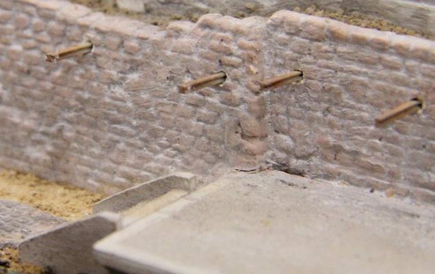 04.08.2013   In die Sandsteinmauer wurden Löcher gebohrt und kleine Doppel-T-Träger eingelassen