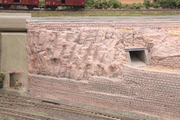 31.09.2012  Vorgehobene Fugen der Mauern durch graues Farbwasser.