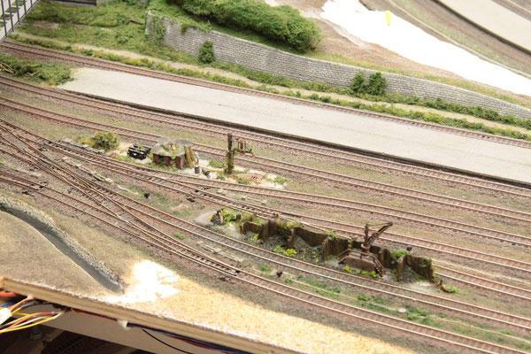 17.06.2012   Die neuen Gleistrassen umfahren die alten Anlagen im eleganten Bogen.
