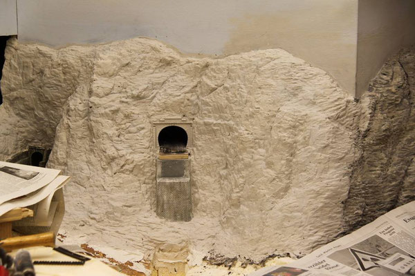 20.03.2011  Um eine homogene Felsenstruktur zu erhalten werden die Felsen von der einen Betrachterseite komplett überarbeitet.