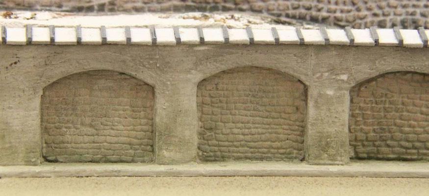 29.06.2013   Die Grundplatte mir der Arkadenmauer wurde inzwischen mit dem Bahnsteig fest verbunden.