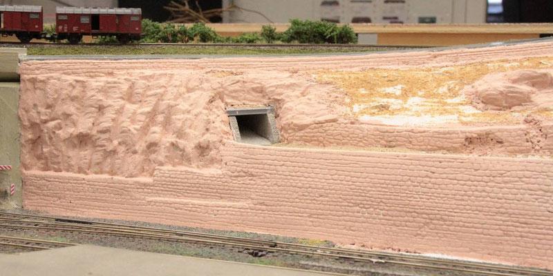 30.08.2012   Diese Farbe mußte in stark verdünnter Form aufgetragen werden, um die Strukturen und Fugen nicht zu verdecken.