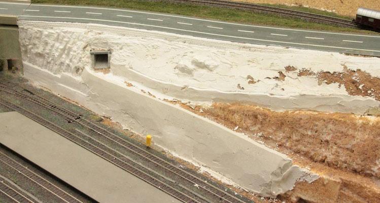 19.08.2012   Die Wege und die an ihnen entlang führenden Stützmauern wurden in dieser Bauphase schon vorbereitet.
