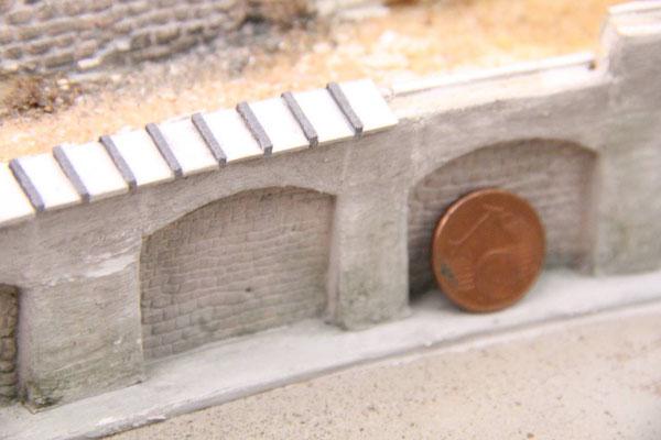 29.06.2013   Als Kronenabdeckung dienten wieder kleine Kartonstreifen, die man dem gebogenen Verlauf der Mauer gut anpassen konnte.